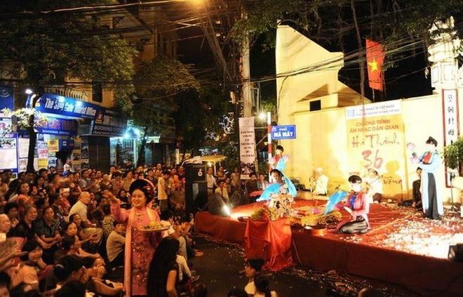 Tại 6 tuyến phố đi bộ mới gồm Hàng Buồm, Mã Mây, Hàng Giầy, Lương Ngọc Quyến, Tạ Hiện, Đào Duy Từ, du khách còn được thưởng thức nhiều hoạt động biểu diễn nghệ thuật truyền thống như hát xẩm, chầu văn, ca trù. Ảnh: Vietnam Plus