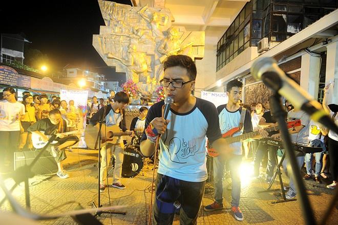 Chương trình nghệ thuật đường phố diễn ra tại khu vực quảng trường chợ Đồng Xuân, Hà Nội với sự tham gia của nhiều ca sĩ nhằm quảng bá cho Lễ hội âm nhạcGió mùadiễn ra tại bãi cỏ trước Hoàng thành Thăng Long. Ảnh:Hoàng Ca/Zing.vn