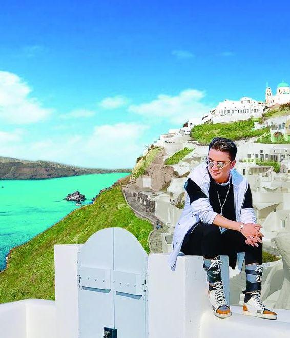 Dam Vinh Hung tung bo anh tai Santorini dep den nao long 0